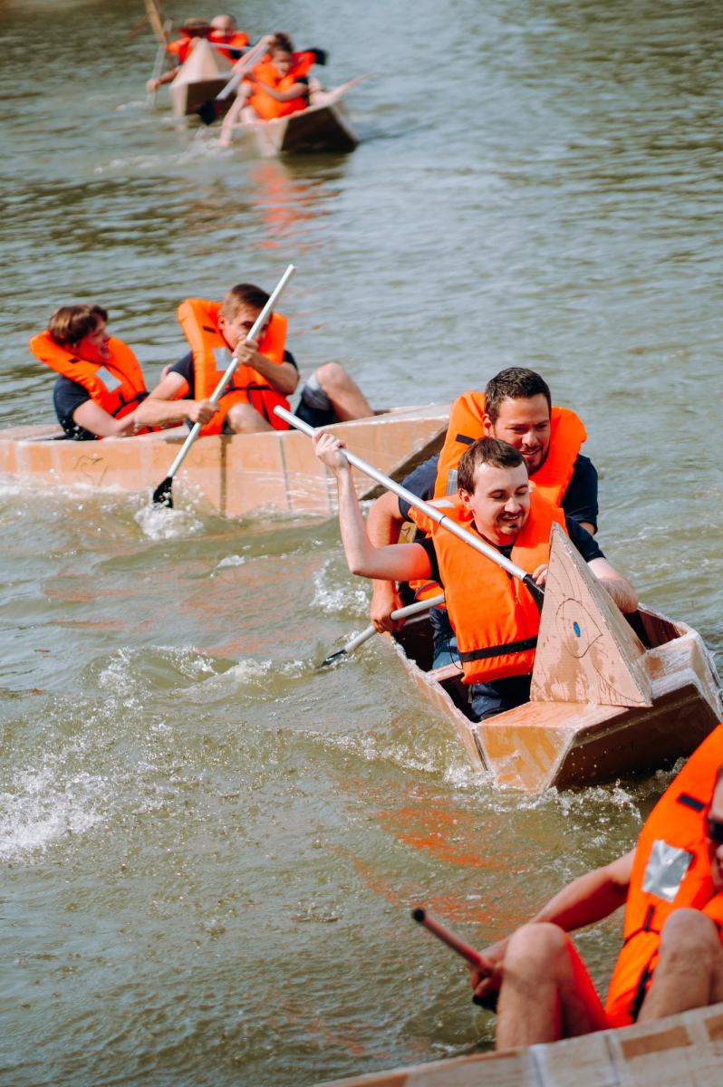 Coéquipiers en course de canoë en carton